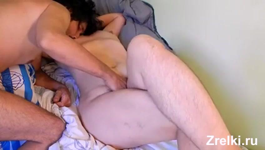 Баба с волосатыми ногами лижет жопу мужику