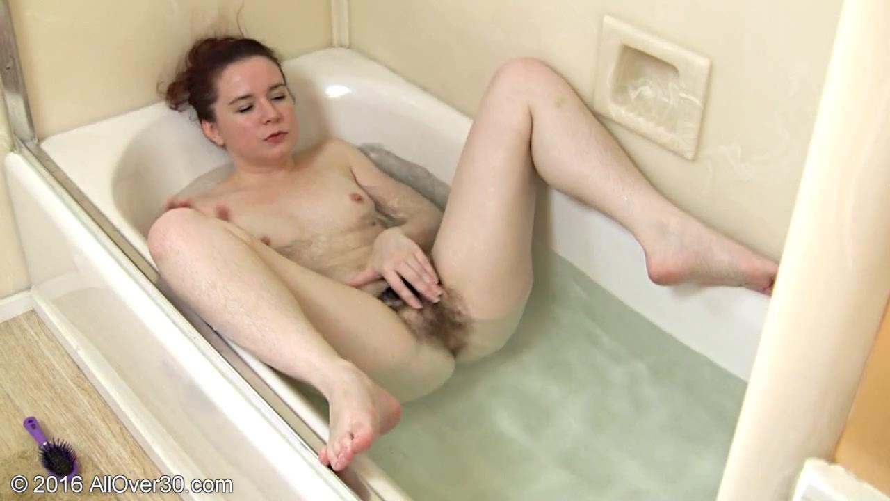 Рыжая женщина мастурбирует в ванной
