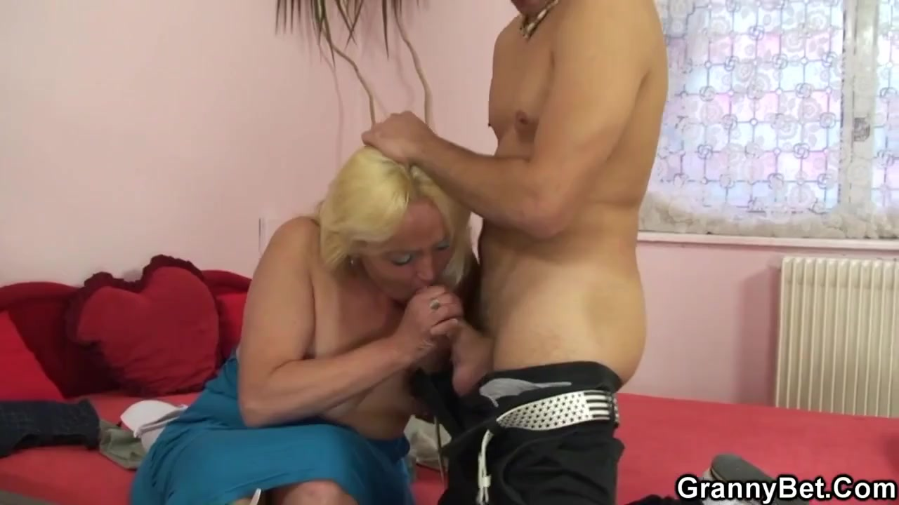 Пожилая блондинка с молодым хахалем