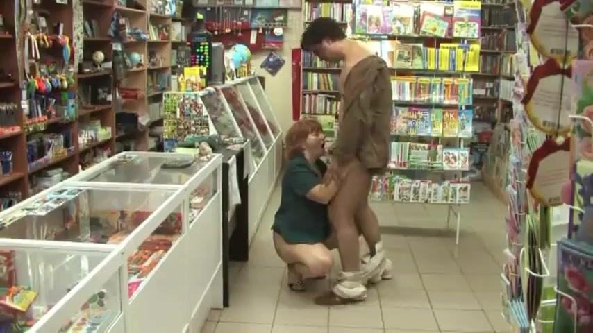 Пожилая продавщица дала пьяному мужику