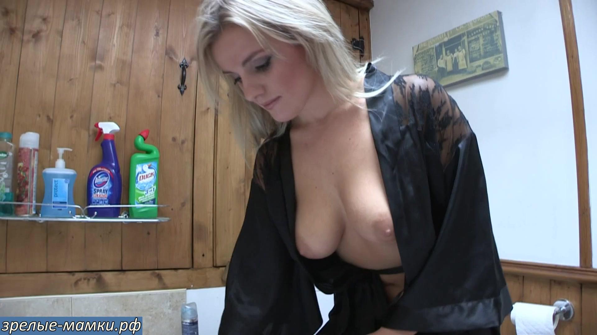 Что она делает руками?