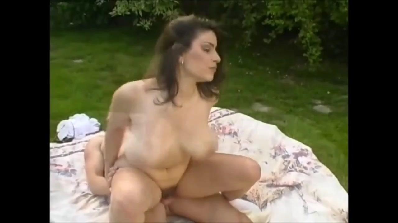 Секс на природе с очаровательной милфой