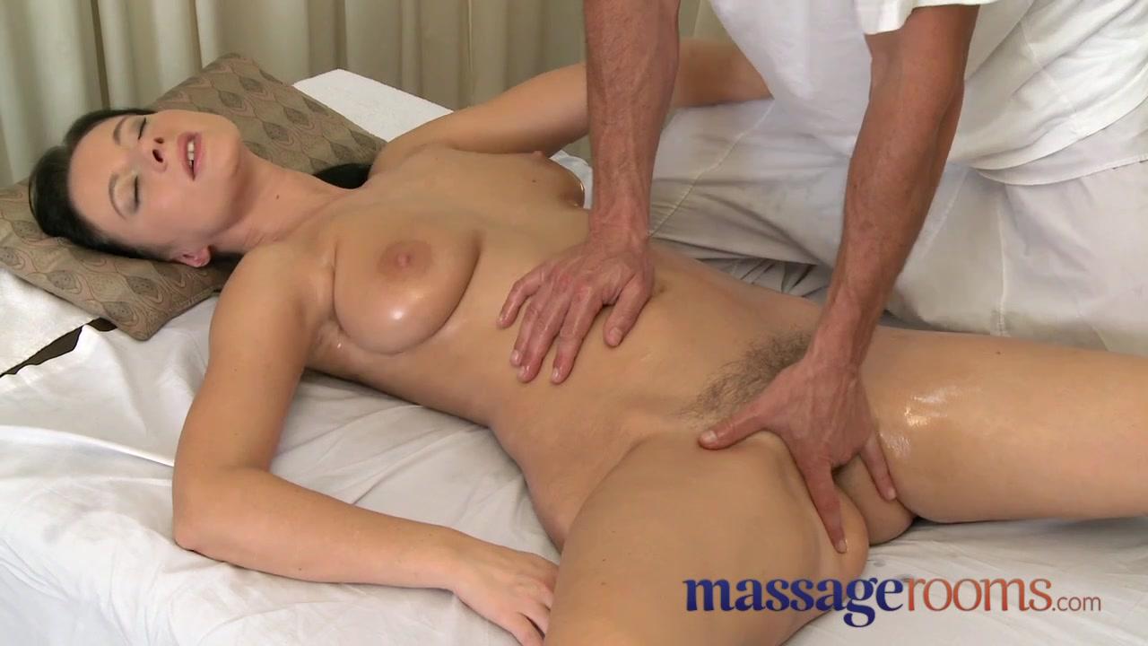 Умелый массажист доводит зрелку с лохматой пиздой до экстаза