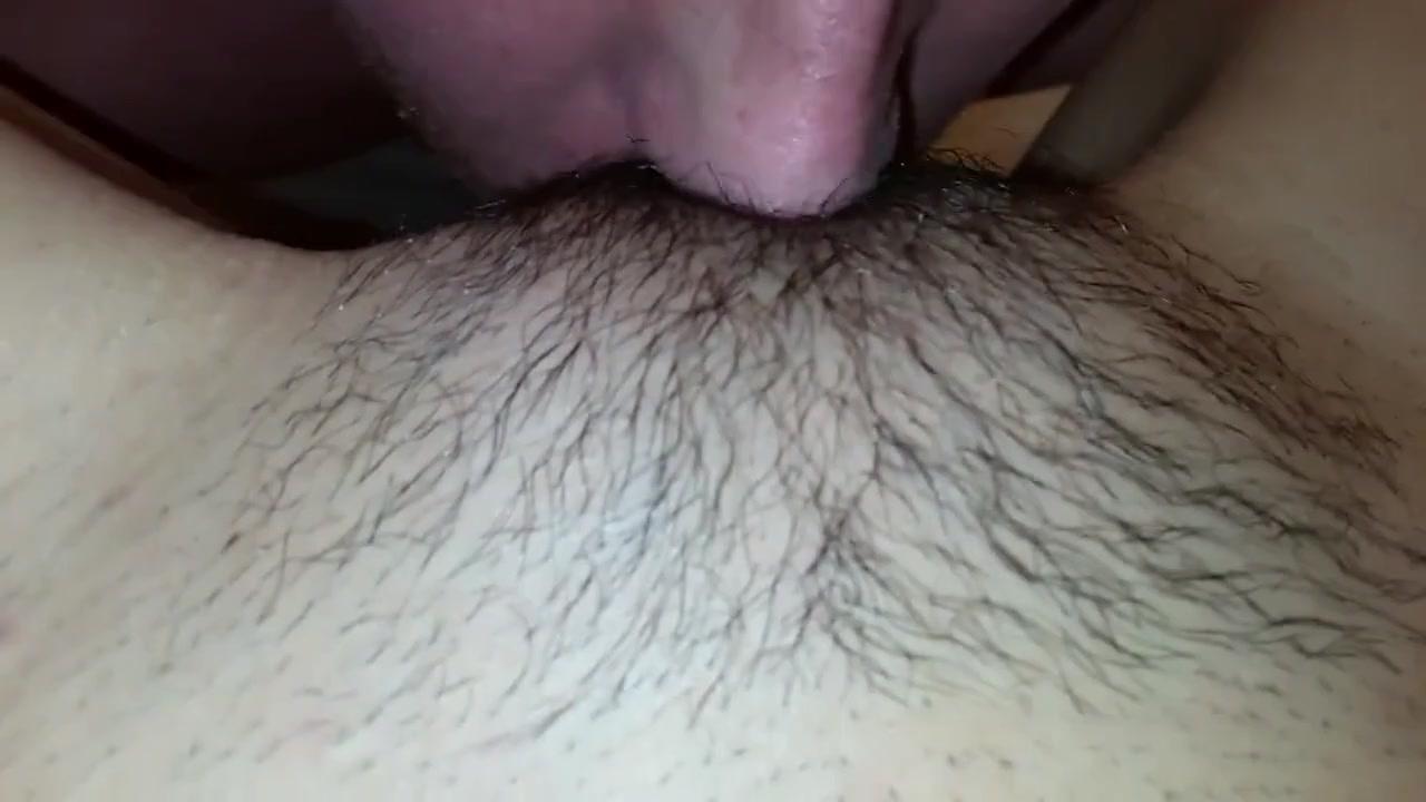 Мужчина отлизывает щетинистую киску