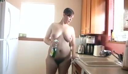 Ходит по квартире голая