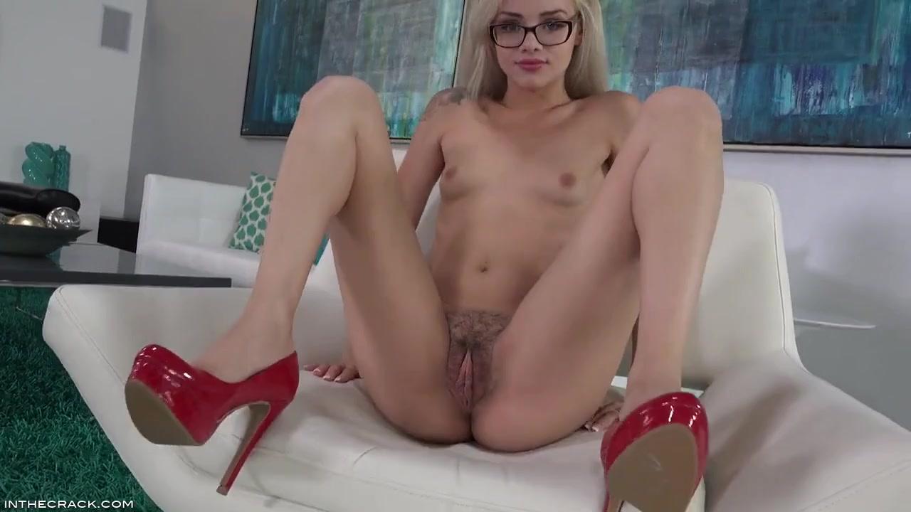 Блондинка элегантно мастурбирует