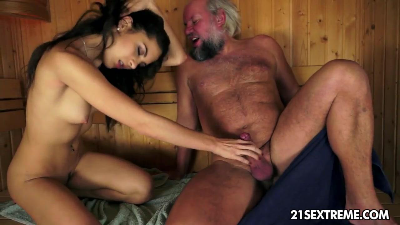 Худая девушка отдыхает в сауне со стариком