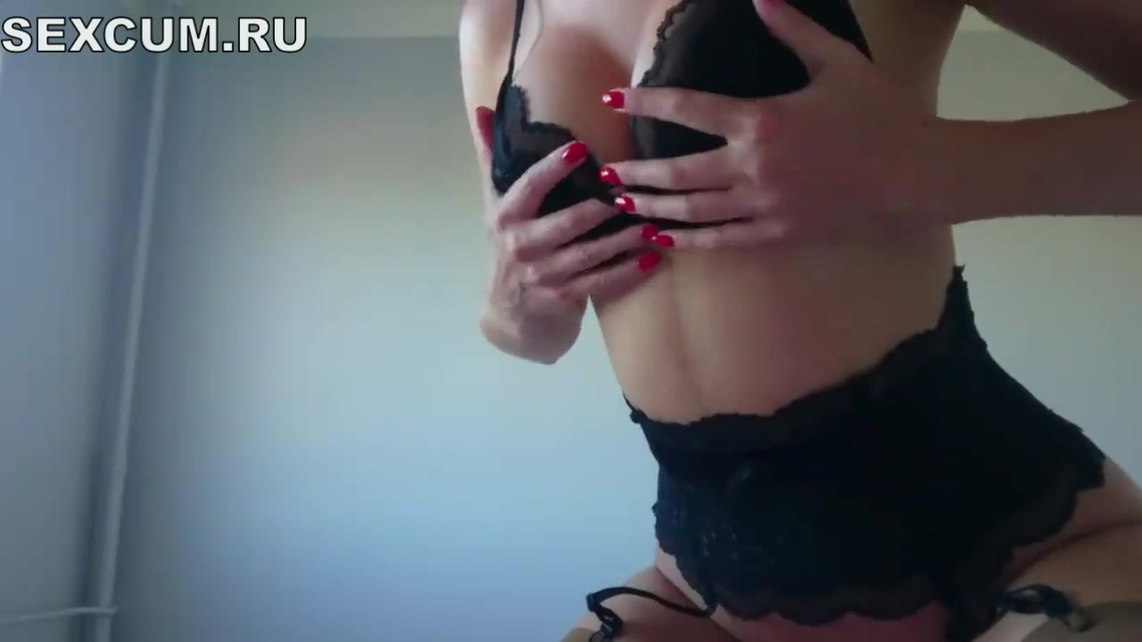 Потрясная дама стоя мастурбирует