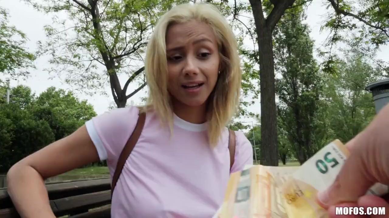 Перепих в парке с миловидной блондинкой за деньги