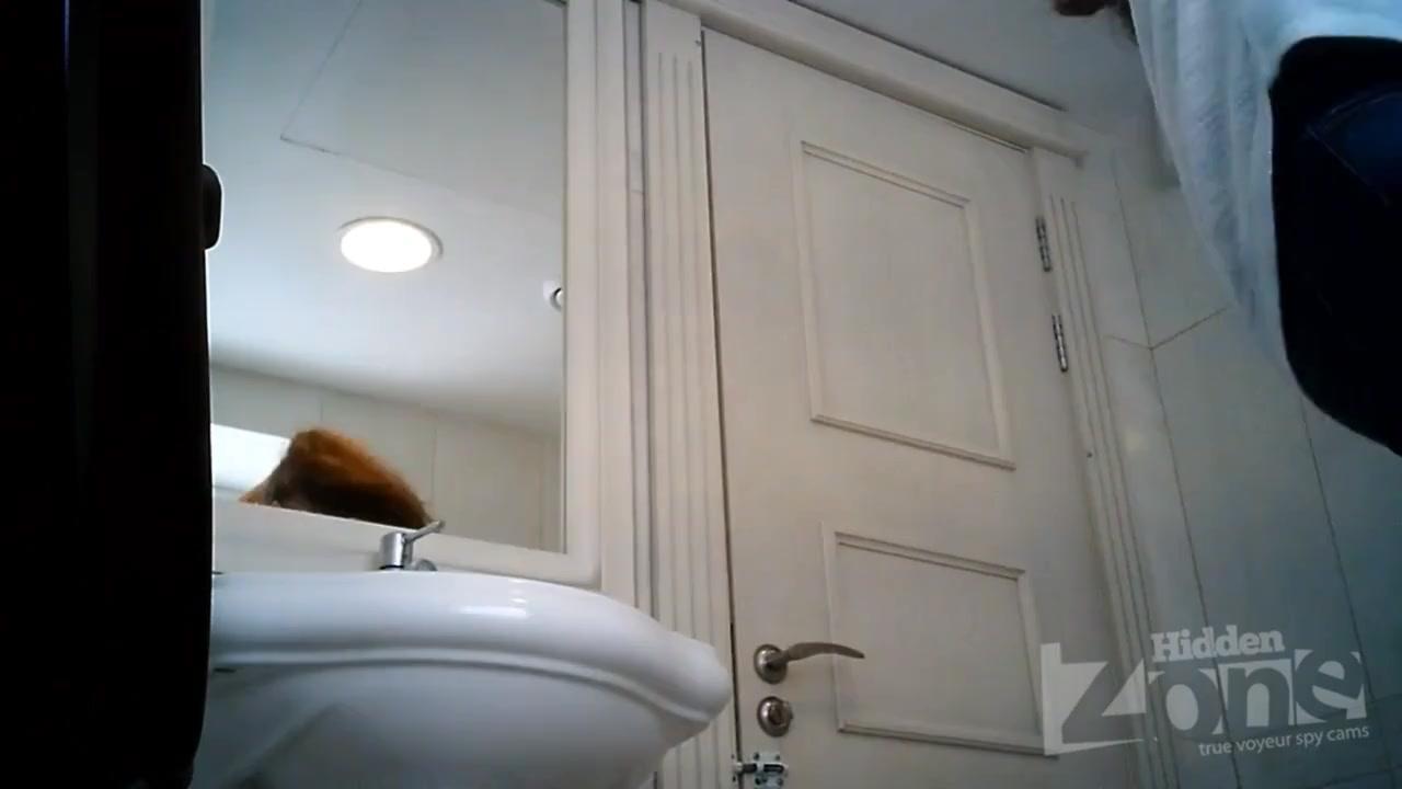 Девушка писяет волосатой пиздой