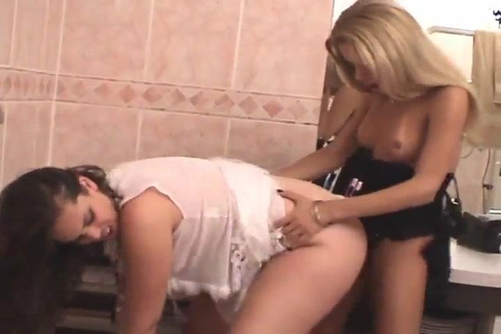 Транс трахает телку в туалете